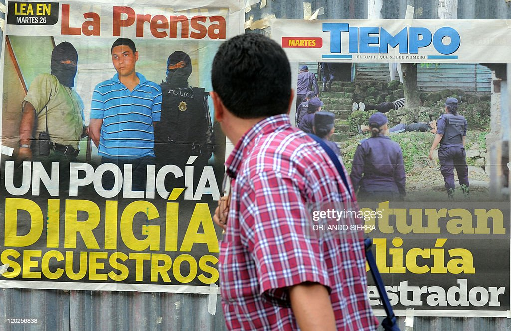 A man looks at newspapers advertising po : News Photo