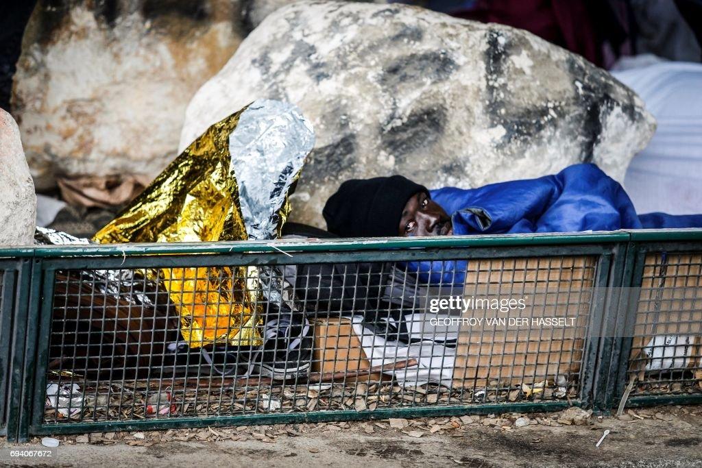 TOPSHOT-FRANCE-EU-MIGRANTS : News Photo
