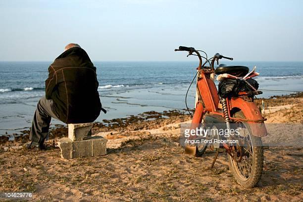 man looks out to sea - mobylette photos et images de collection