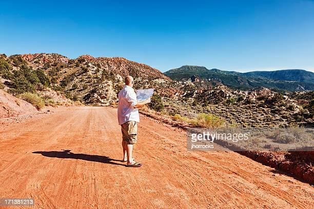 Un homme perdu dans le désert avec carte