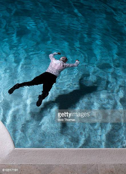 man lying dead in a swimming pool - assassinato - fotografias e filmes do acervo