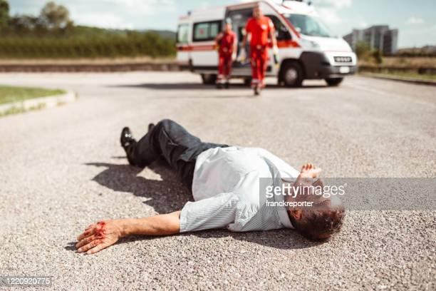 homme couché sur le sol après la blessure - victim photos et images de collection