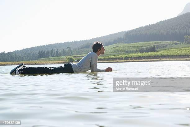 Uomo sdraiato sull'acqua