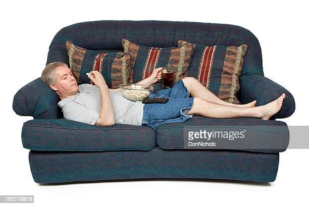 Homme allongé sur un canapé