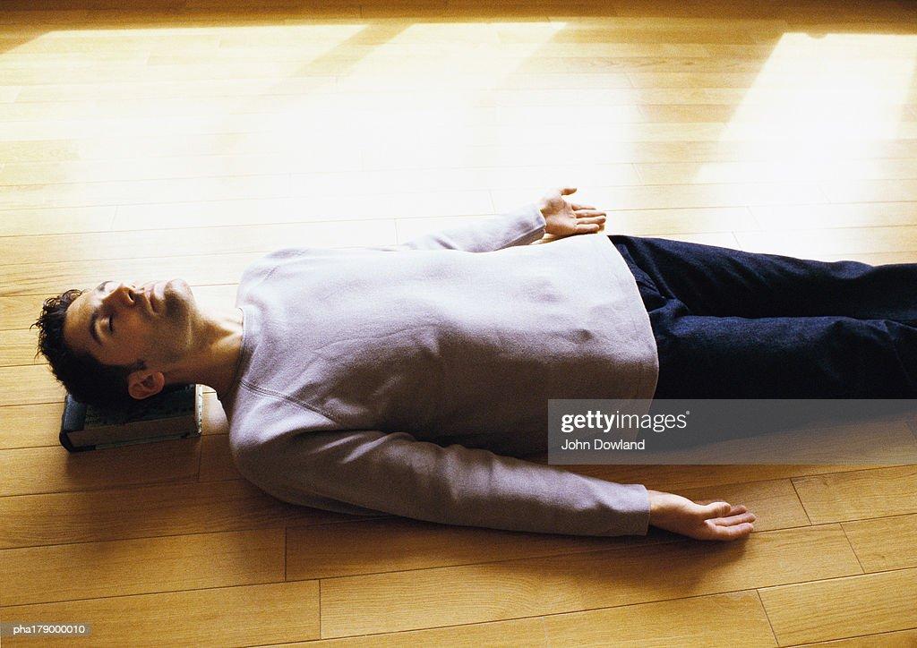Man lying on floor : Stockfoto