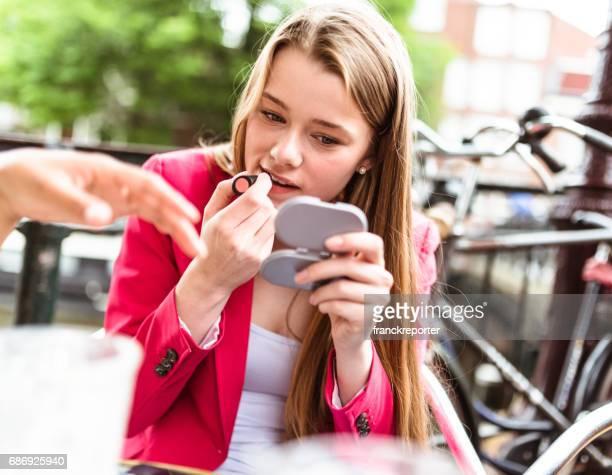 Make-up-Mann im café