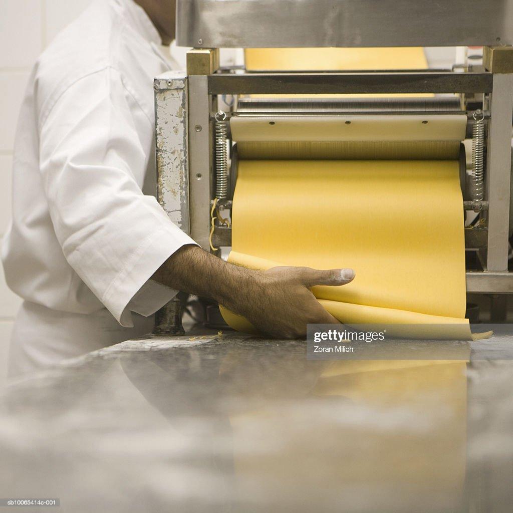 Man making pasta : Foto stock