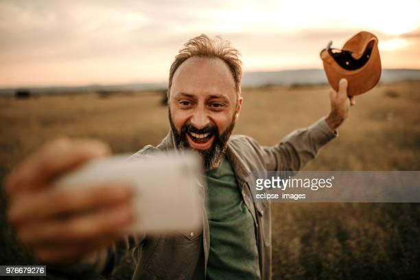 Homme faisant selfie dans déposée de blé