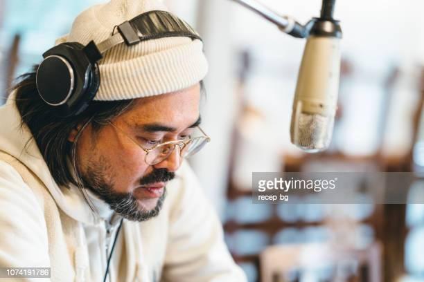 ラジオのトーク番組を作る男 - ラジオdj ストックフォトと画像