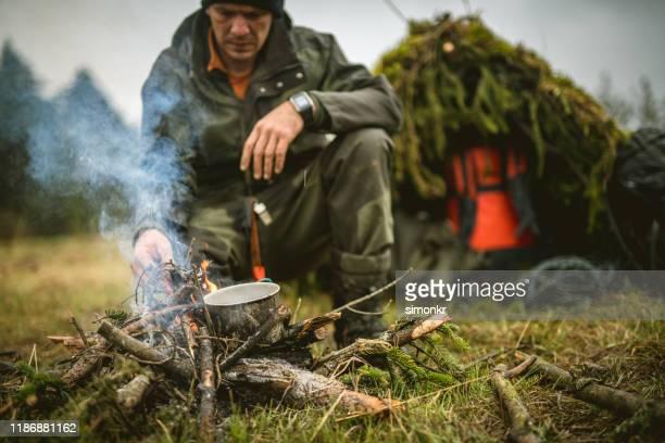 お茶を入れた男 - 生存 ストックフォトと画像