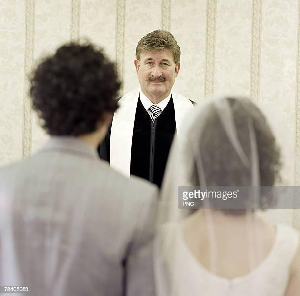 man marrying couple - trauung stock-fotos und bilder