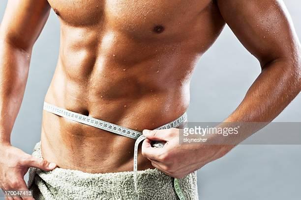Mann messen seinen Taille.