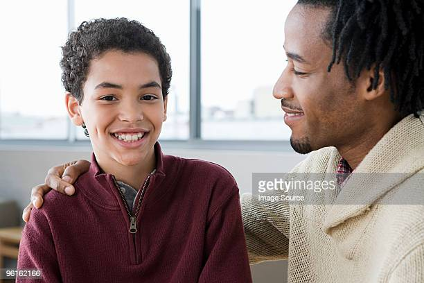 Uomo mentoring ragazzo