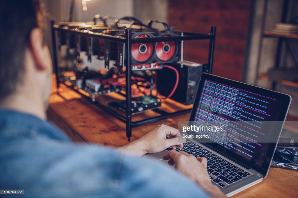 男の bitcoin マイニング : ストックフォト