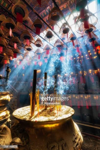 太陽の光と香を持つ香港島のマンモー寺院 - 上環 ストックフォトと画像