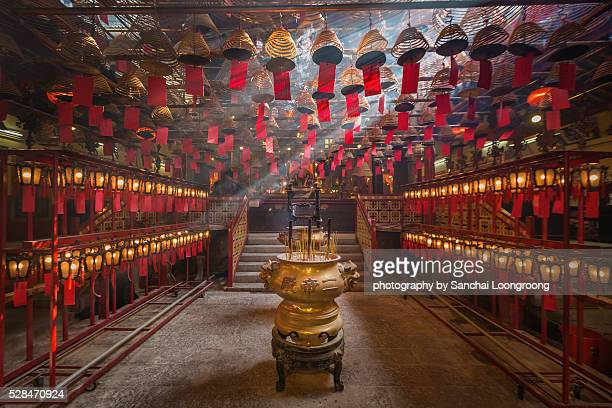 man mo temple in hong kong - tempel stockfoto's en -beelden