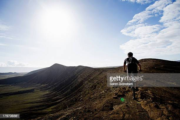 man mountain biking, caldera del cuchillo, lanzarote - isla de lanzarote fotografías e imágenes de stock