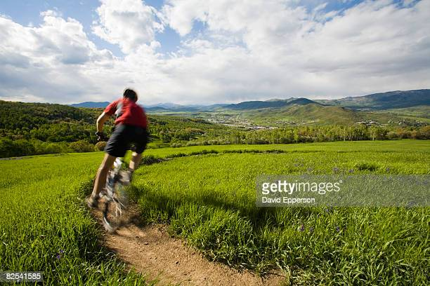 man mountain biking in colorado - steamboat springs colorado - fotografias e filmes do acervo