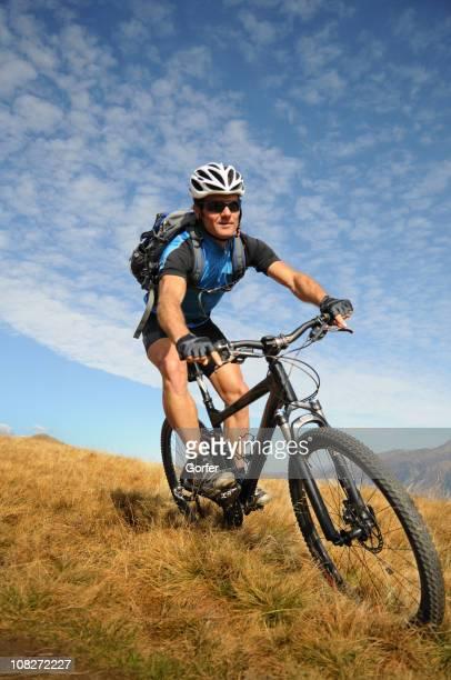 Mann Mountainbiken in Bergen