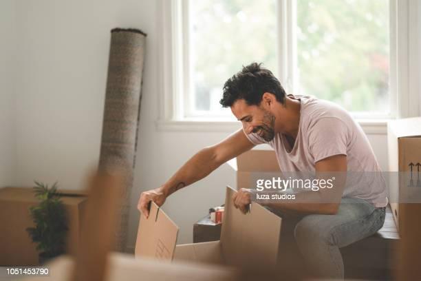 homem, movendo-se para uma nova casa - só um homem - fotografias e filmes do acervo