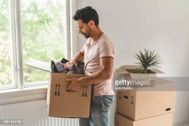 man moving into a new house - oggetti pesanti foto e immagini stock