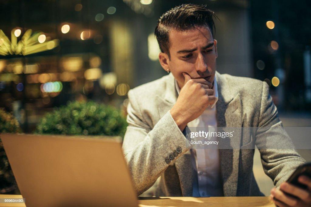Mann, Multi-tasking in Coffee-shop : Stock-Foto