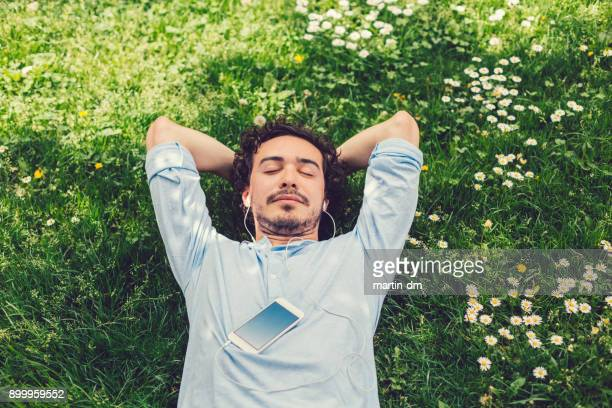 homme, faire la sieste dans l'herbe - temps libre photos et images de collection