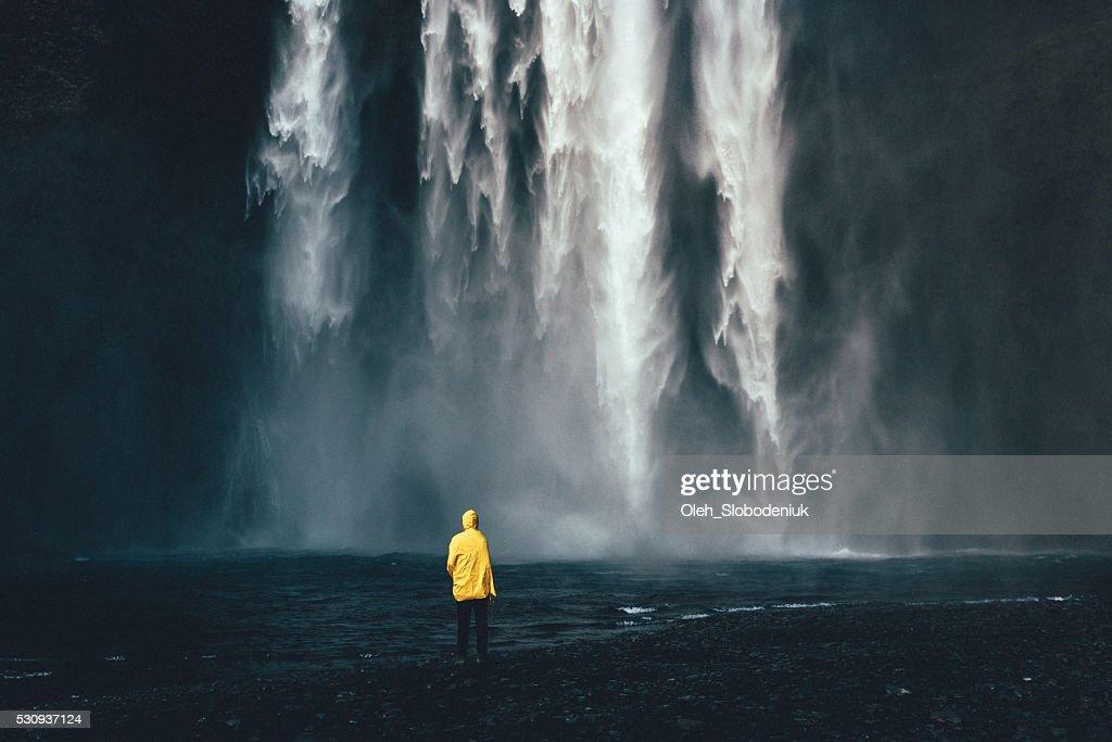 Homem perto de Cachoeira : Foto de stock