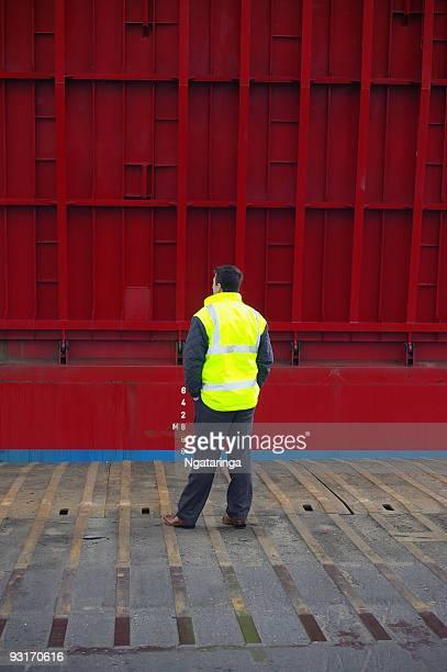 man of ferry ramp - vest stockfoto's en -beelden