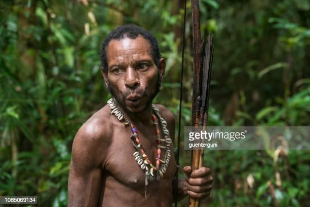 man of the korowai tribe, west-papua, indonesia - canibalismo imagens e fotografias de stock