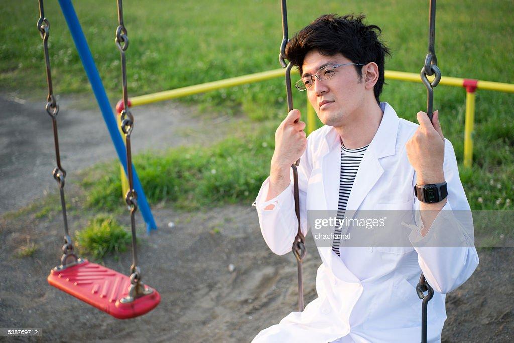男性のホワイトのバスローブが見事に公園 : ストックフォト