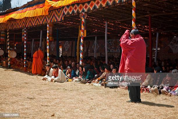 man offers prayers during teaching - merten snijders - fotografias e filmes do acervo