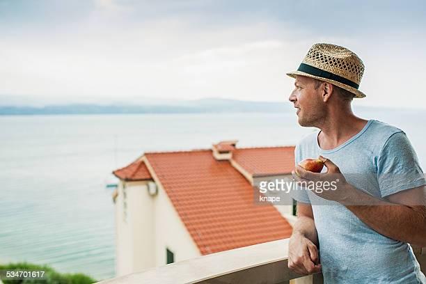 Mann auf Balkon im hotel in Kroatien