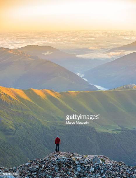 man on a mountain peak - バニエールドルション ストックフォトと画像