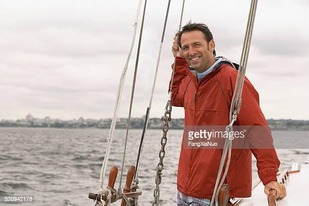 Homme sur un voilier