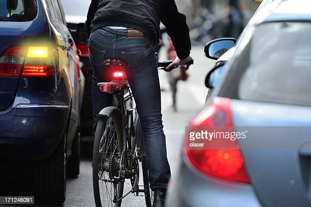 man on bicycle in traffic - fietsen stockfoto's en -beelden
