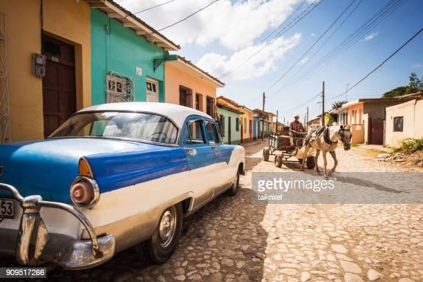 man op vervoer en vintage auto, trinidad, cuba - sancti spiritus provincie stockfoto's en -beelden