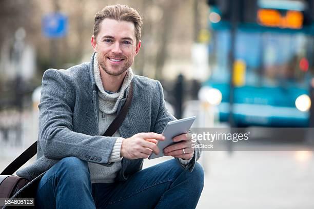 Mann auf Tablet PC in der Stadt