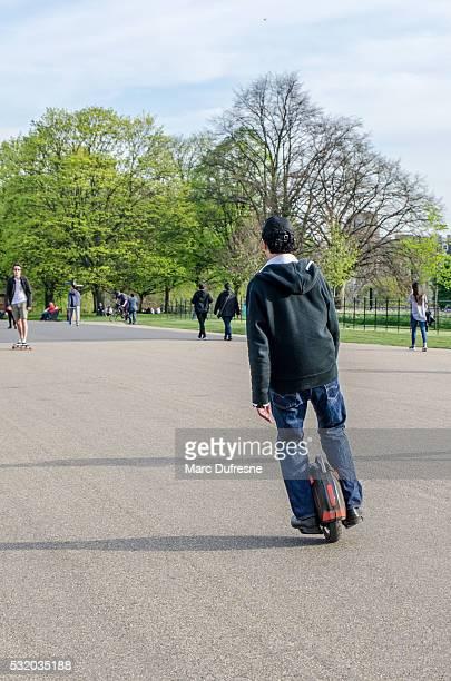 Homme sur monocycle en passant par électrique