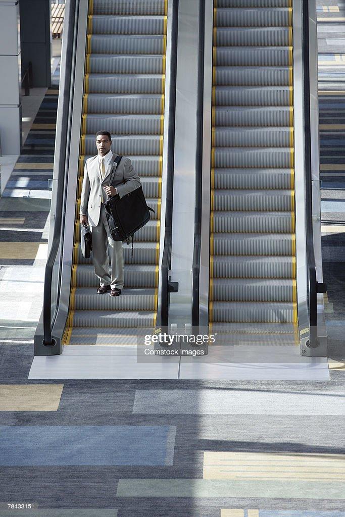 Man on escalator : Stockfoto