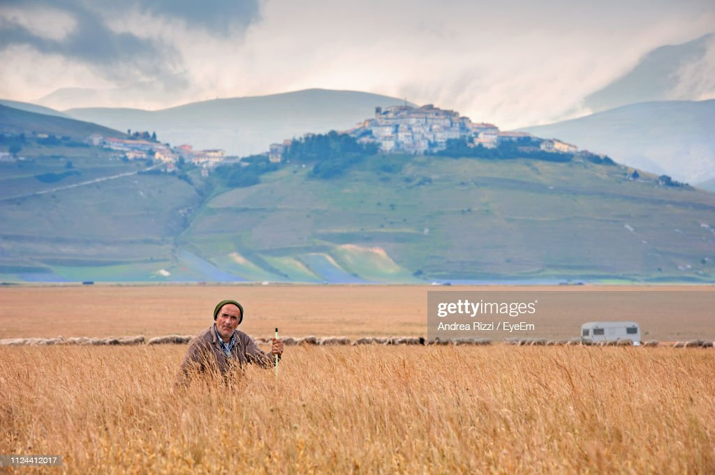Man On Field Against Mountains : Foto stock