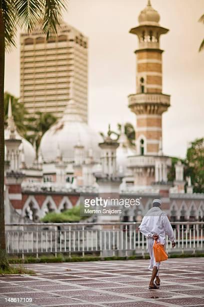 man on his way to masjid jamek mosque. - merten snijders - fotografias e filmes do acervo