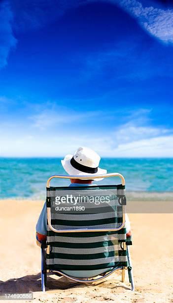 Mann auf Urlaub in einem Liegestuhl