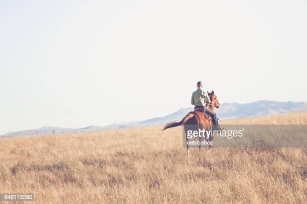 Mann auf dem Pferd Reiten entfernt