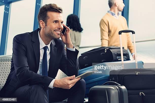 Mann am Telefon am Flughafen