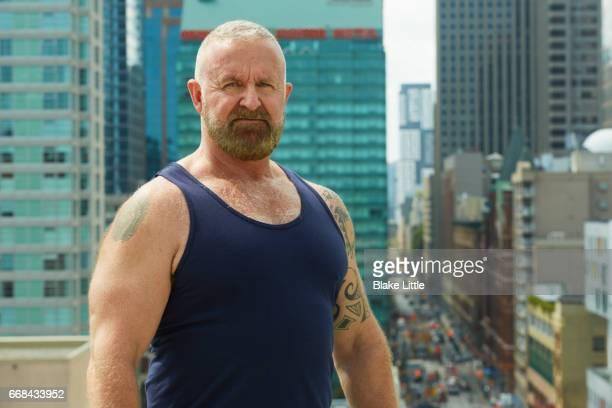 man on roof above city - macho stockfoto's en -beelden