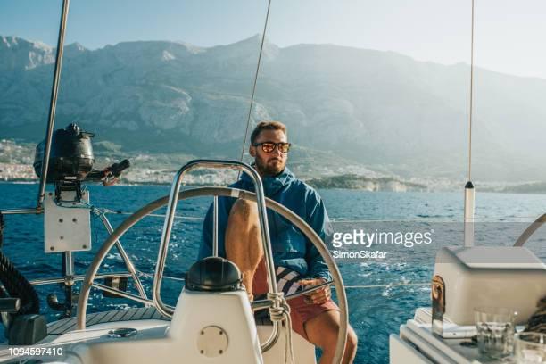 Mann auf Segelboot, Kroatien