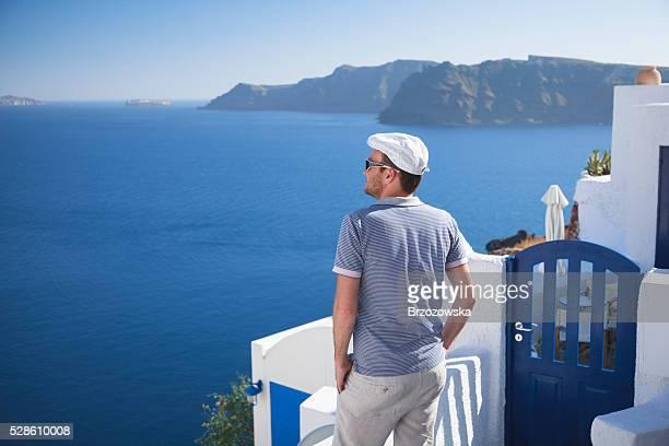 Mann auf Santorin Genießen Sie das Meer und die caldera (Griechenland)