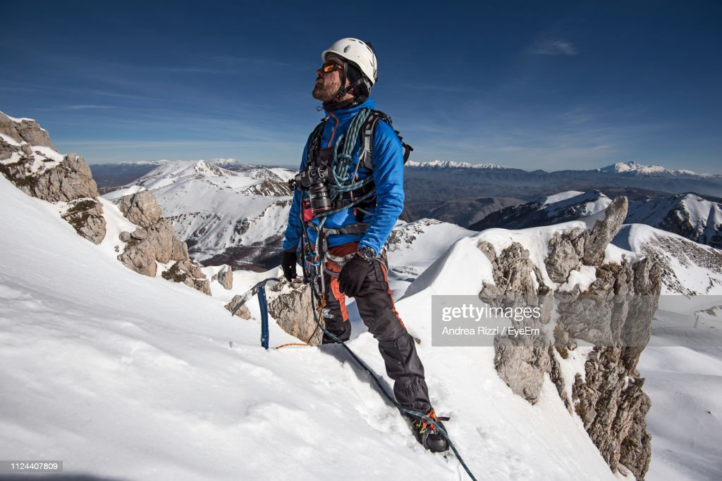 Man On Snowcapped Mountain Against Sky : Foto stock