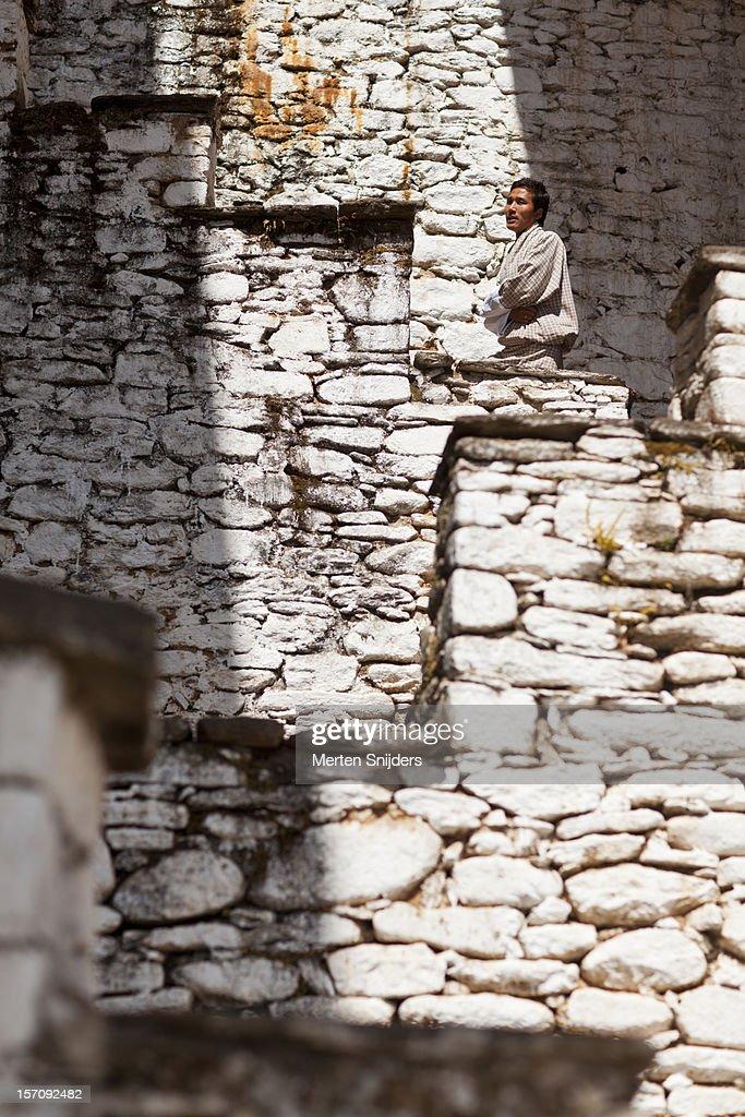 Man on stairway at Kurjey Lhakhang Monastery : Stockfoto